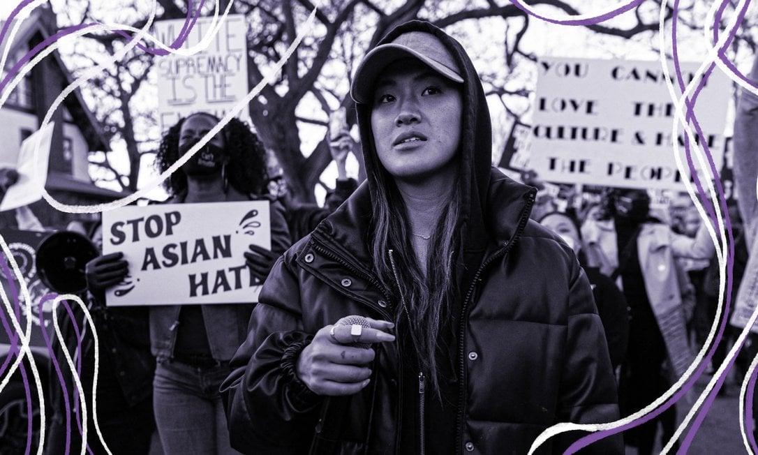 Anthea Yur (centro) lidera manifestantes em marcha contra o ódio anti-asiático em resposta aos ataques m Minneapolis, Minnesota Foto: KEREM YUCEL/AFP