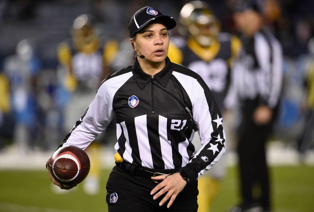 Maia Chaka, primeira árbitra negra da NFL (Foto: Denis Poroy/AAF/Getty Images)