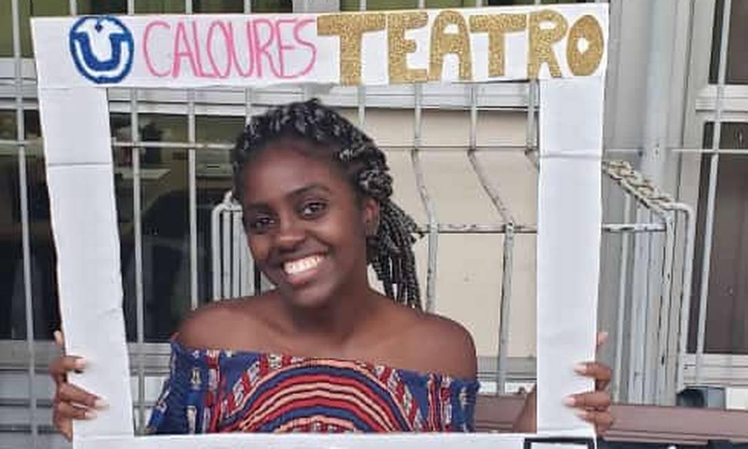Amanda também é professora de uma companhia de teatro em Realengo: 'Conheço outros três cotistas que também passaram por problemas' (Foto: Acervo pessoal)