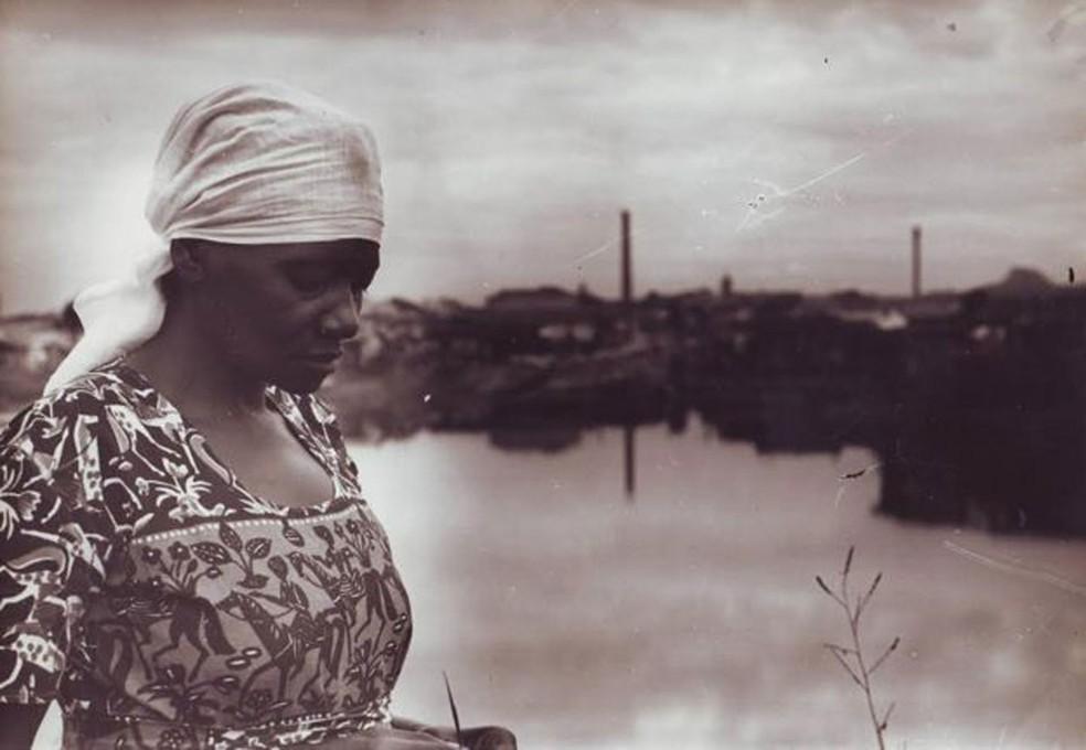 Carolina Maria de Jesus à margem do Rio Tietê e, ao fundo, a Comunidade do Canindé — Foto: Audálio Dantas, 1960