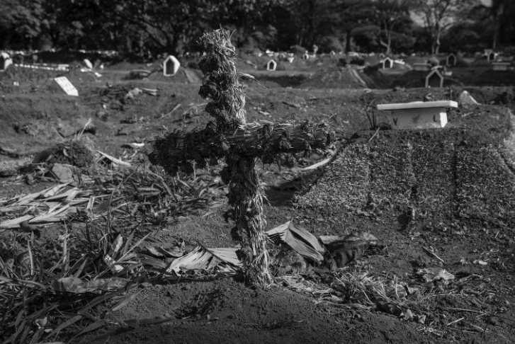 Túmulos em cemitério na Vila Formosa (Foto: Lalo de Almeida/ Folhapress)