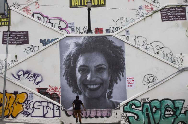 Escadaria da rua Cristiano Viana zona oeste de São Paulo, amanheceu com lambe-lambe em homenagem à vereadora Marielle Franco, morta a tiros no Rio (Foto: Danilo Verpa/Folhapress)