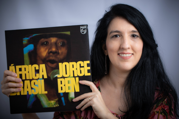Kamille e o disco de Jorge, África Brasil (Foto: Daniela Dacorso/Divulgação)