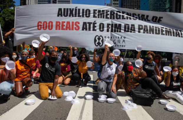 Manifestantes levam marmitex vazios na avenida Paulista, em São Paulo, durante protesto pela manutenção do auxilio e contra a autonomia do BC (Foto: Danilo Verpa/ Folhapress)