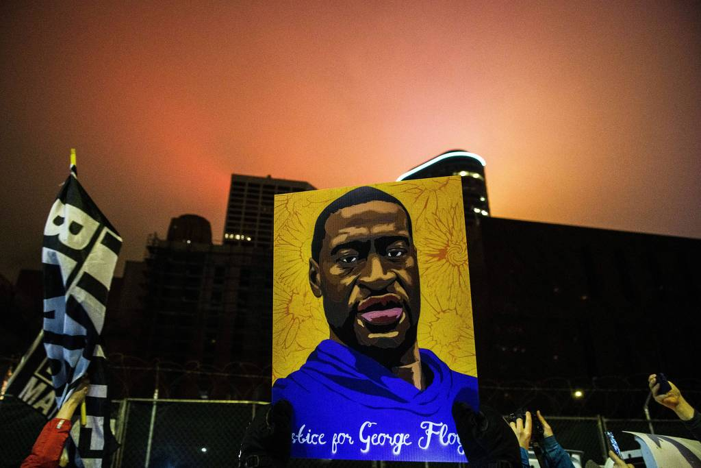 Manifestantes pedem justiça no julgamento da morte George Floyd, em Minneapolis (Foto: Stephen Maturen - 9.abr.21/AFP)