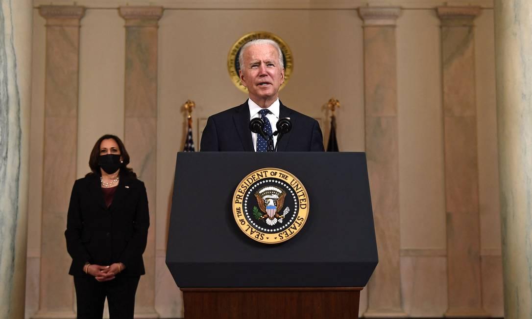 O presidente americano, Joe Biden, e a vice Kamala Harris durante pronunciamento na Casa Branca após julgamento do caso George Floyd (Foto: BRENDAN SMIALOWSKI / AFP)