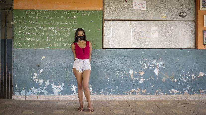 Stephany Rejani, 20 anos, moradora da periferia de São Paulo, conciliava estudos com o trabalho, mas deixou de ir à escola por causa da pandemia de covid-19 (FOTO: TONI PIRES)