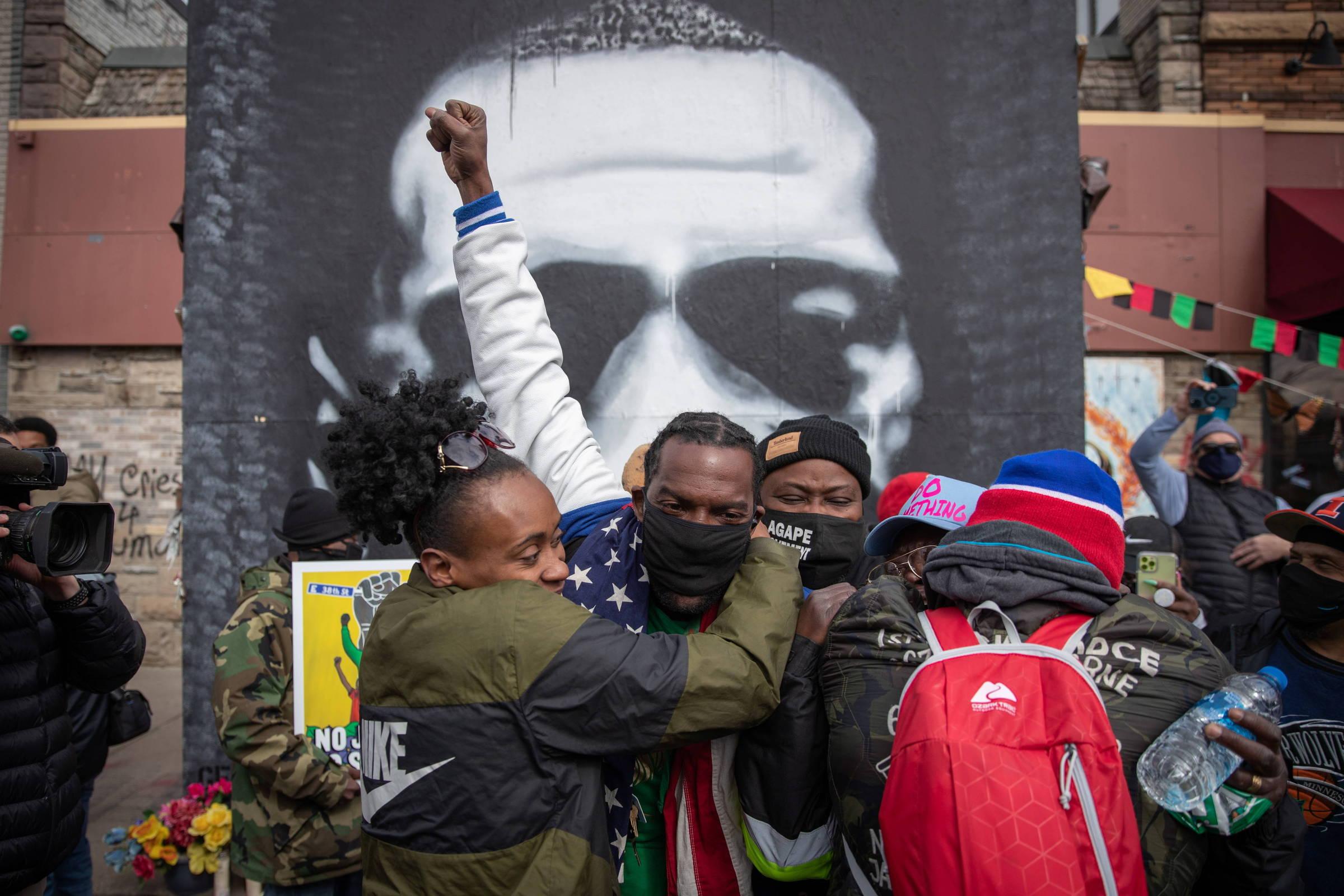 Moradores de Minneapolis comemoram decisão do júri que considerou ex-policial culpado pela morte de George Floyd - Adrees Katif/Reuters