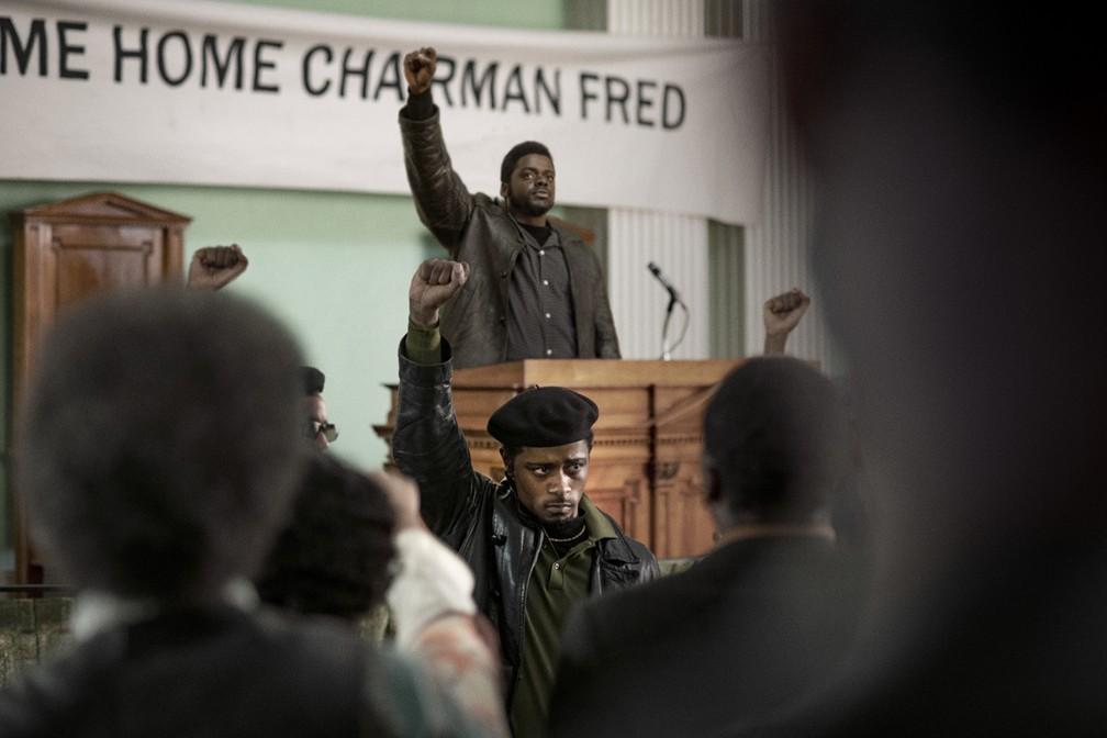 Daniel Kaluuya e LaKeith Stanfield (de braços erguidos) protagonizam 'Judas e o Messias Negro' — Foto: Divulgação