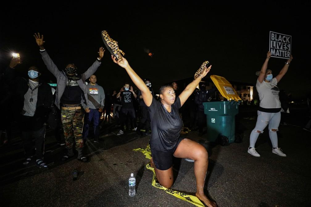 Manifestantes protestam em Minneapolis, no estado americano de Minnesota, contra a morte do cidadão negro Daunte Wright em 11 de abril — Foto: Nick Pfosi/Reuters