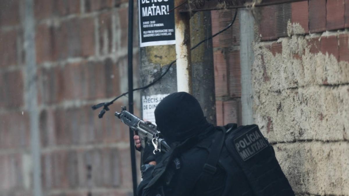 Movimentação de policais militares durante operação no Rio de Janeiro (Foto: Wilton Junior/Estadão)