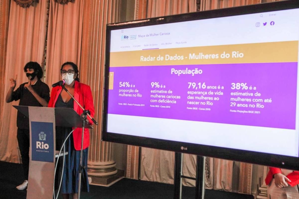 Beatriz Amparo, coordenadora de dados da secretaria da mulher da Prefeitura do Rio, apresenta o projeto Mapa da Mulher Carioca - Foto: Ricardo Cassiano/Prefeitura do Rio de Janeiro