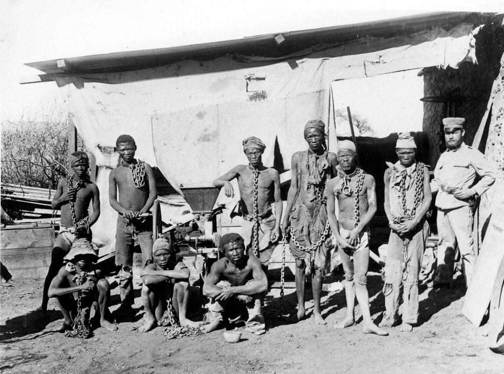 Foto sem data, feita entre os anos 1904 e 1908, mostra um soldado com prisioneiros de guerra na Namíbia — Foto: Divulgação/Arquivos nacionais da Namíbia / AFP