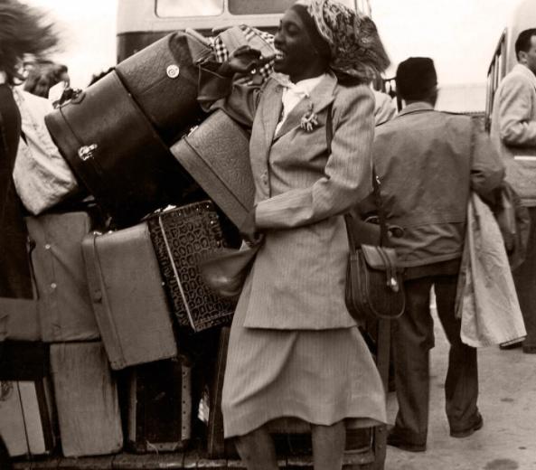 Melânia Luz, ao lado de várias malas, sorri no desembarque em Londres em 1948 — Foto: Chris Ware / Revista Fon Fon