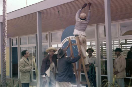 Finalização do Aeroporto de Brasília (Inaugurado em 1957). Acervo: Arquivo Público do Distrito Federal. NOV-D-4-4-B-16' (864)