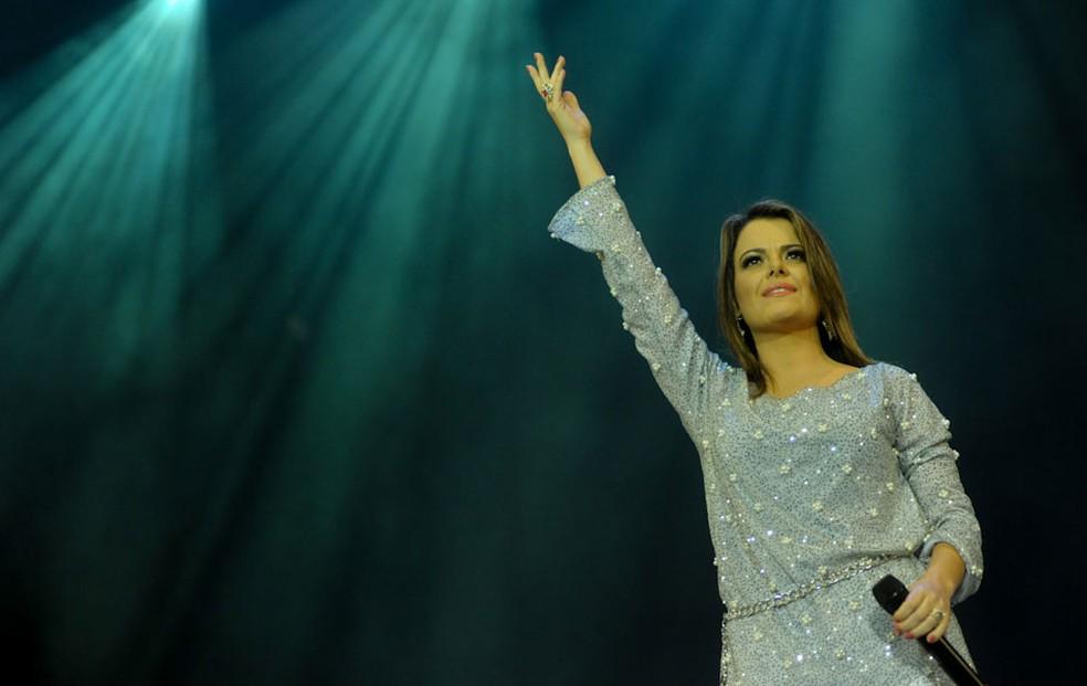 Ana Paula Valadão acena durante o show do grupo Diante do Trono no Festival Promessas 2012 — Foto: Flavio Moraes/G1