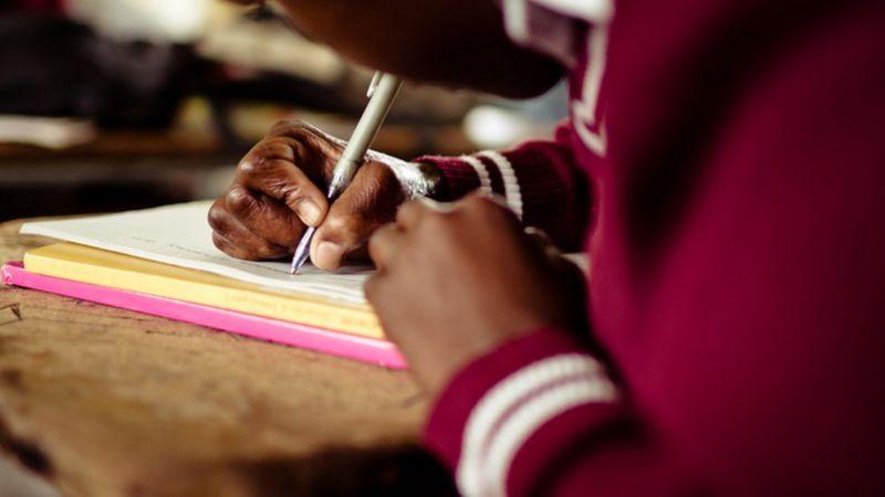 Estudante da zona leste de São Paulo diz que só estuda às terças, pois é o único dia que a mãe está em casa com celular para ela usar (Getty Images)