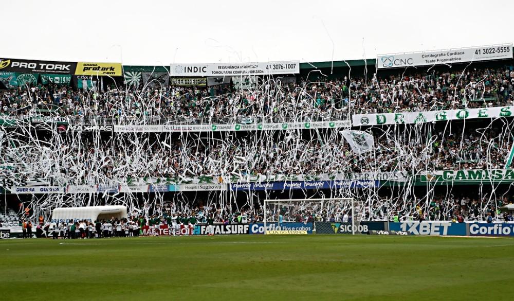 Lei pune clubes e pode proibir torcedores de frequentar os estádios de futebol — Foto: Albari Rosa/Gazeta do Povo