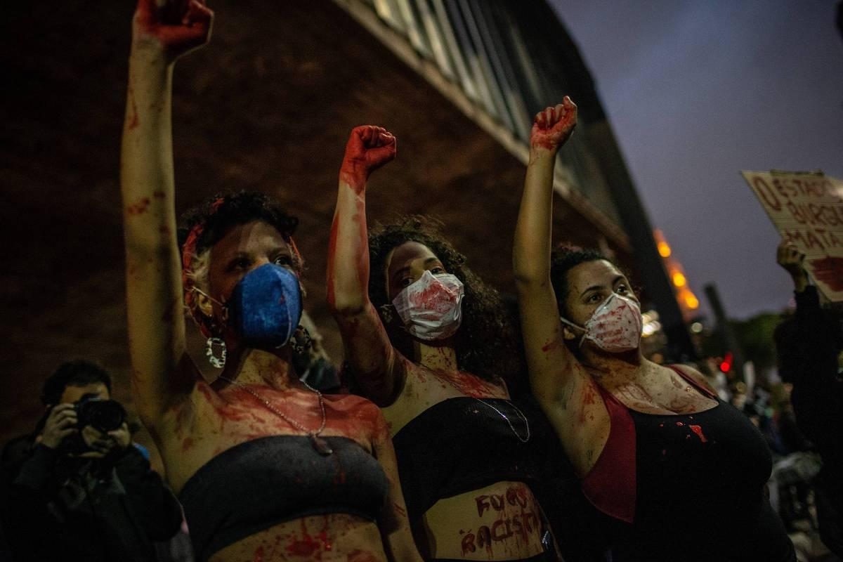 Manifestantes protestam contra o racismo e a violência policial na avenida Paulista, em São Paulo - Bruno Santos/Folhapress