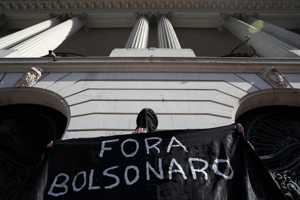 Rio de Janeiro - Manifestante segura faixa durante protesto contra o presidente Jair Bolsonaro, neste sábado (29) — Foto: Ricardo Moraes/Reuters