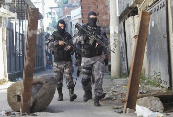 Policiais durante operação contra o tráfico na comunidade do Jacarezinho, no Rio de Janeiro (Foto: Severino Silva/Agencia O Dia)