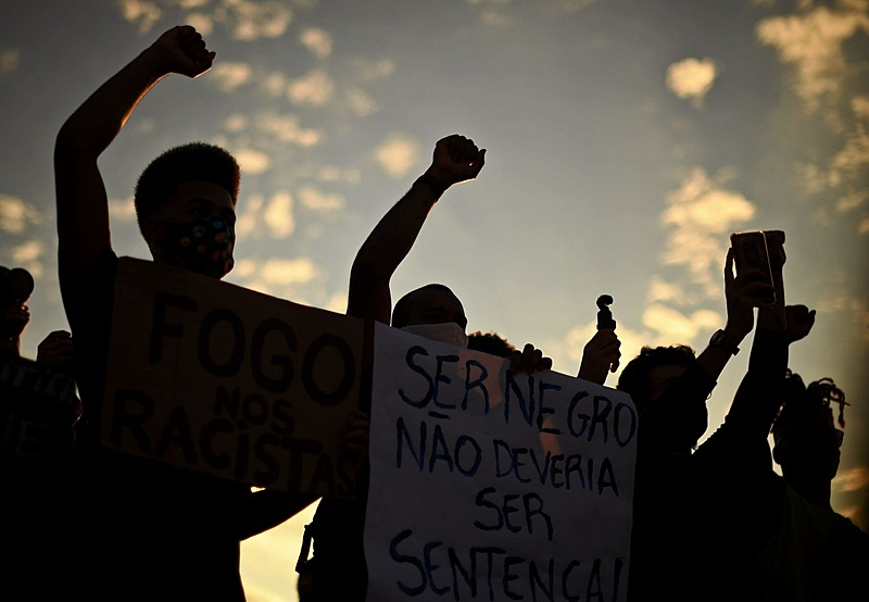 Racismo e violência do Estado ainda assolam a população negra 133 anos depois da Abolição (Foto: Carl de Souza/AFP)