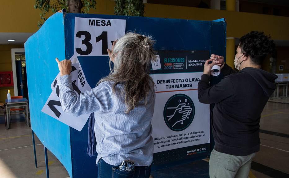 Seção eleitoral é preparada em escola de Santiago; votação ocorrerá em dois dias por causa da pandemia  Foto: Martin Bernetti/AFP