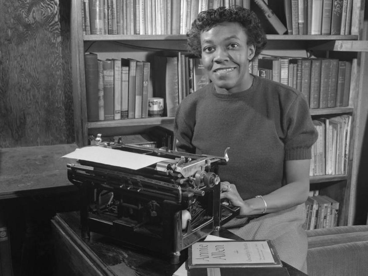 Primeira escritora negra de descendência afro-americana a receber o Pulitzer, sua voz serena e firme ainda reverbera passados 20 anos de sua morte (Foto: Poetry Foundation)