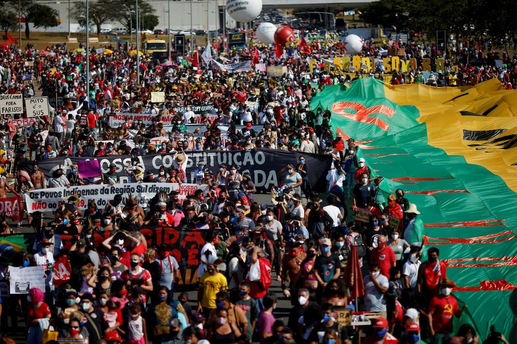 Manifestantes fazem protestos contra Bolsonaro e a favor da vacinação em Brasília (Foto: Adriano Machado/Reuters)