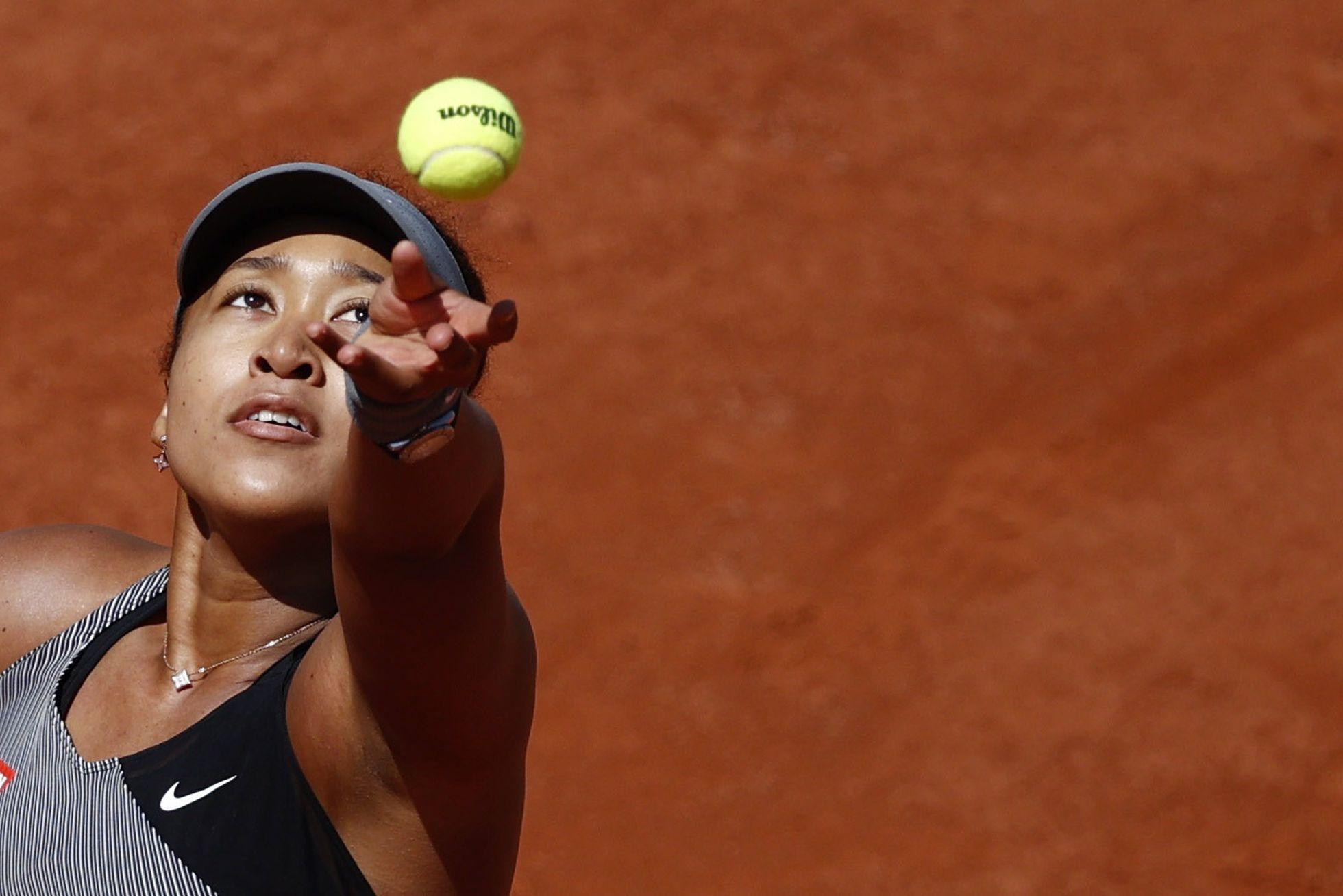 Osaka durante partida da primeira rodada em Roland Garros, no último domingo. (FOTO: CHRISTIAN HARTMANN / REUTERS)