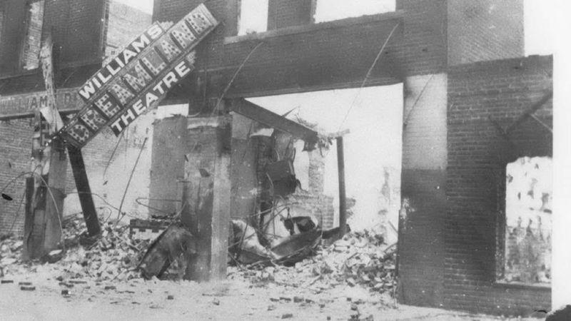 """Teatro completamente destruído durante o ataque à """"Wall Street negra"""" (DIVULGAÇÃO/GREENWOOD CULTURAL CENTER)"""