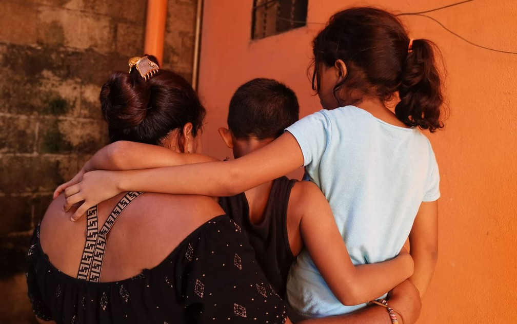 A ONU estima que a pandemia pode ter reduzido em aproximadamente 2 milhões o número de migrantes apenas no primeiro semestre de 2020. Mas, ainda assim, eventos violentos e desastres climáticos forçaram muitos a deixarem suas casas. As mudanças climáticas são um fator extra a forçar o deslocamento de pessoas já em situação de vulnerabilidade e agravam também a crise alimentar entre aqueles que já estavam fugindo de conflitos e guerras. Família de solicitantes de asilo de Honduras que fugiu para a Guatemala após ser ameaçada por membros de uma gangue. Meses após sua chegada, em plena pandemia de Covid-19, a casa que alugavam com ajuda da ACNUR foi atingida pela tempestade tropical Eta, o que forçou a mudança para um abrigo — Foto: ACNUR/Luis Sanchez Valverth