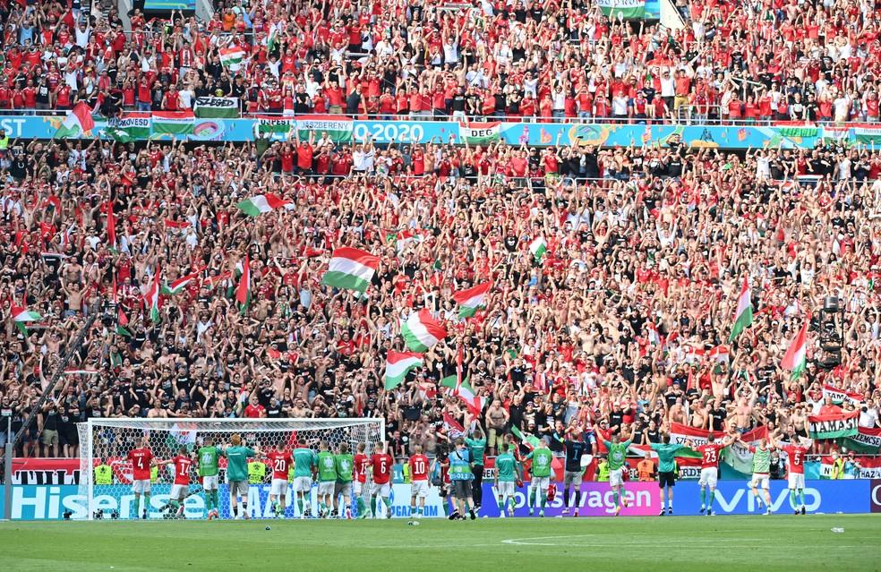 Jogadores da seleção da Hungria saúdam a torcida na arquibancada lotada na Arena Puskás, em Budapeste — Foto: REUTERS/Tibor Illyes
