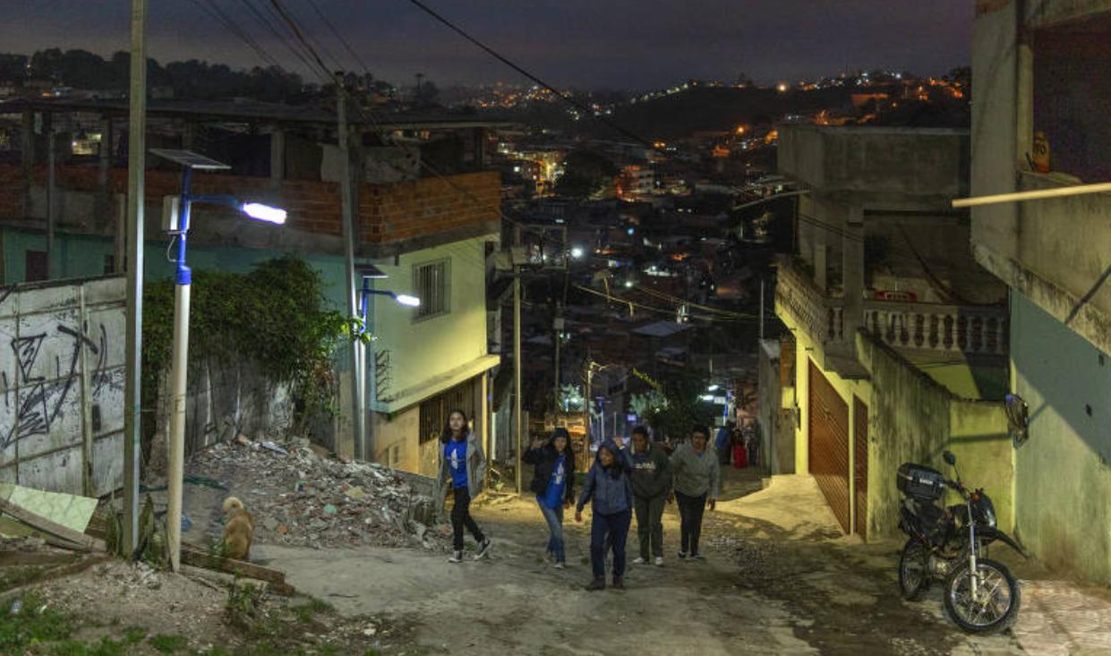 Voluntários do Litro de Luz, organização que cria soluções para comunidades sem acesso a energia elétrica e iluminação pública (Foto: Renato Stockler)