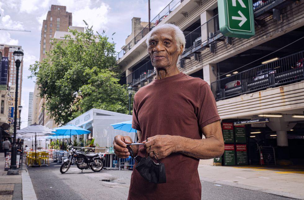 Joe Ligon, solto depois de 68 anos atrás das grades, na quarta-feira em uma rua de Filadélfia.XAVIER DUSSAQ