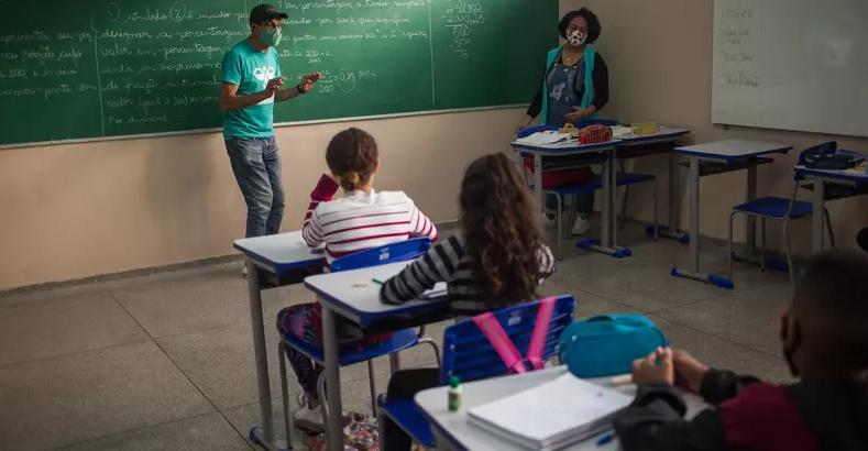 Estudantes de máscara acompanham aula em escola da Zona Leste de São Paulo (Foto:  Tiago Queiroz/Estadão Conteúdo - 15 jun. 2021)
